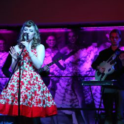 50er Jahre Sängerin bei Showtime in Berlins Cocktailbar - das Knutschfleck